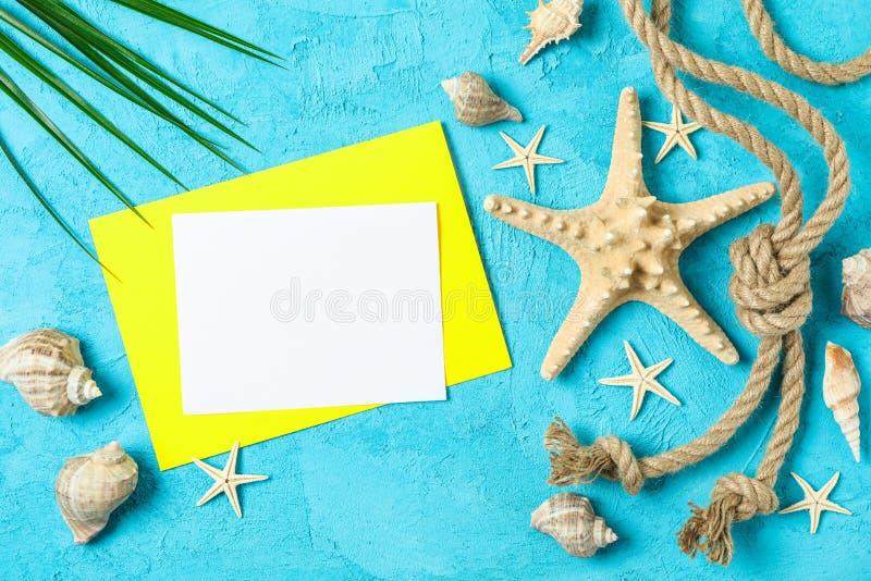海星,贝壳,海绳索、棕榈叶和空间文本的在两口气背景,顶视图 ?? 图库摄影