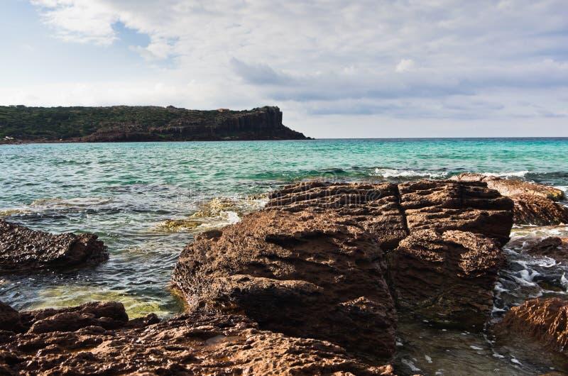 海晃动并且挥动在海滩在圣彼得罗海岛,撒丁岛 免版税图库摄影