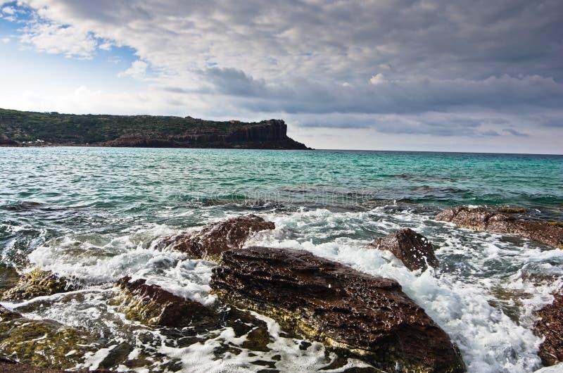 海晃动并且挥动在海滩在圣彼得罗海岛,撒丁岛 库存图片