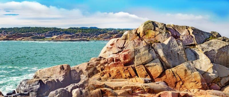 海景与和五颜六色的岩石 免版税库存图片