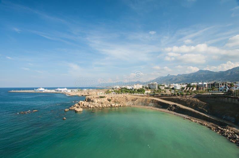 海景和城市在背景中 库存照片