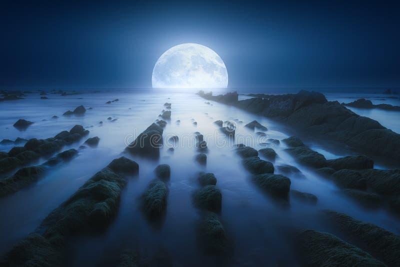 海景在与月亮的晚上在海 库存图片