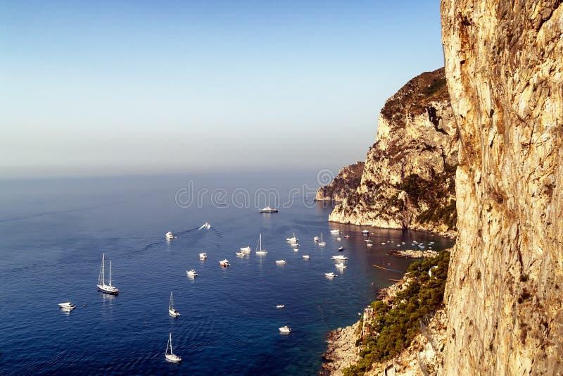 海景在有被停泊的小船的卡普里在海湾 免版税库存图片
