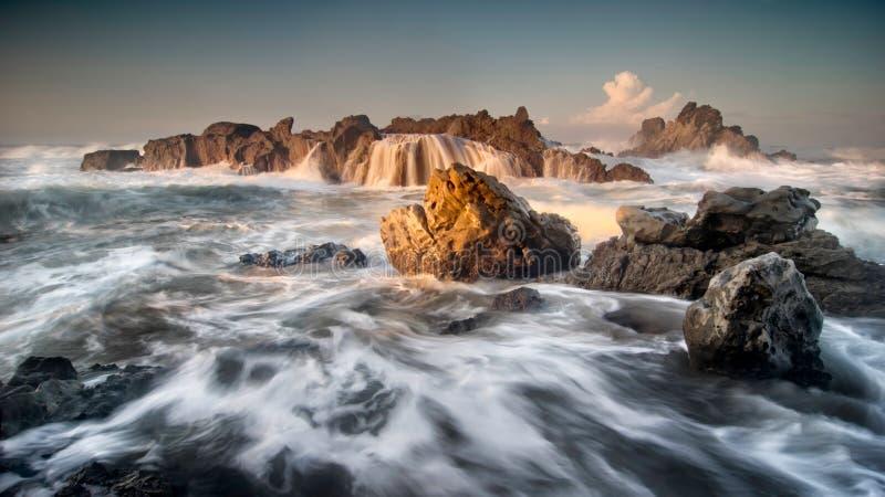 海景在Cibobos海滩, Sawarna,万丹省,印度尼西亚的日出风景 库存图片