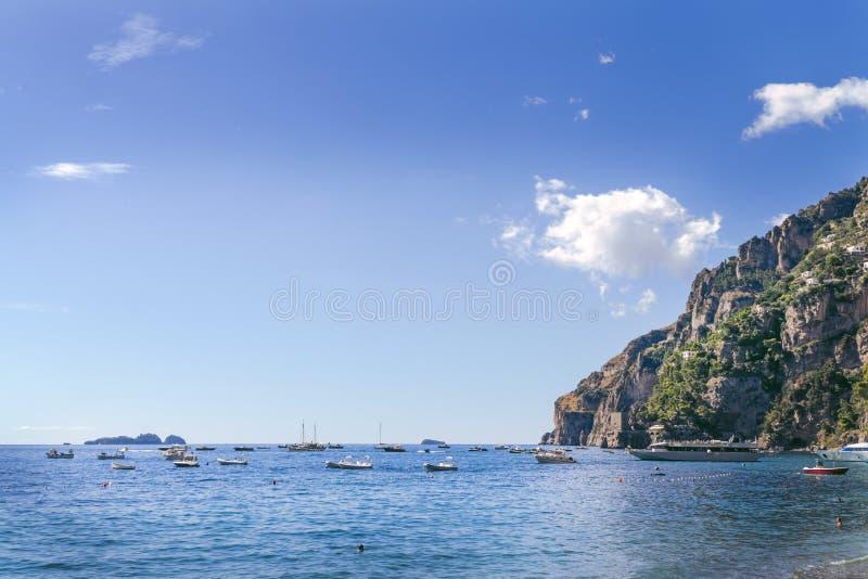 海景海和海湾与小船、游艇和船 海湾,海湾停放的海船 海意大利南部的海湾地区 免版税库存照片