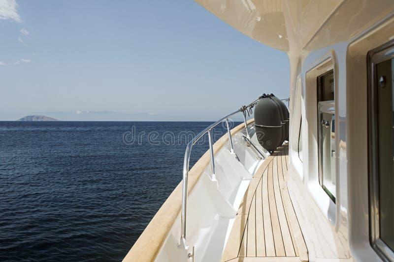海景的看法从豪华汽艇的在夏天 库存照片