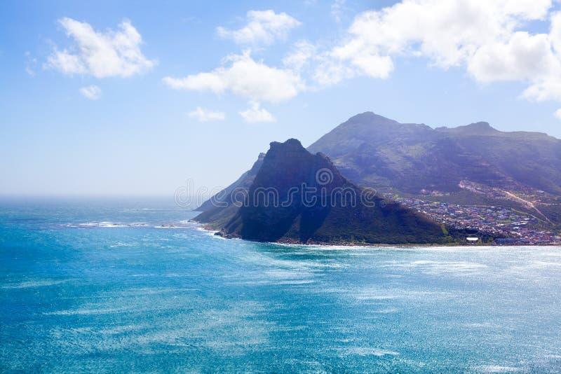 海景绿松石海洋水,天空蔚蓝,白色云彩全景,山景风景,开普敦,南非海岸旅行 库存照片