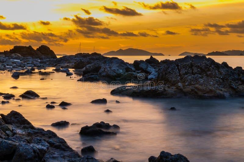 海景,与岩石的美好的日落风景,酸值lipe,泰国 免版税库存照片