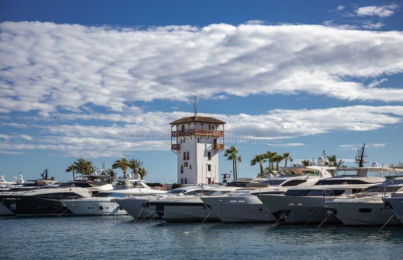 海景,在码头的游艇在海湾 免版税库存图片