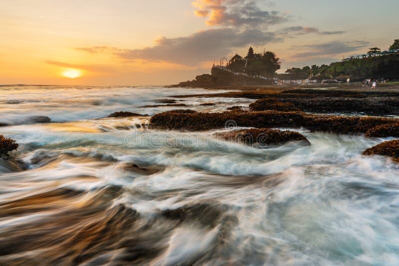 海景, Tanah全部寺庙在巴厘岛,印度尼西亚 著名地标旅游胜地和旅行目的地 免版税库存图片