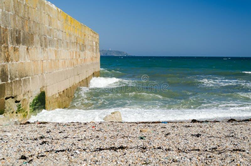 海景Pebble海滩港口墙壁蓝天 免版税图库摄影