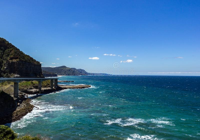 海沿盛大和平的驱动的峭壁桥梁,澳大利亚 免版税库存照片