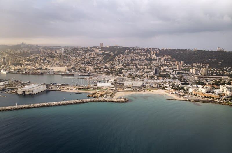 海法海滩,以色列,鸟瞰图 在海运日出 太阳从天际升起 海滨城镇海法的顶视图 的treadled 免版税库存照片