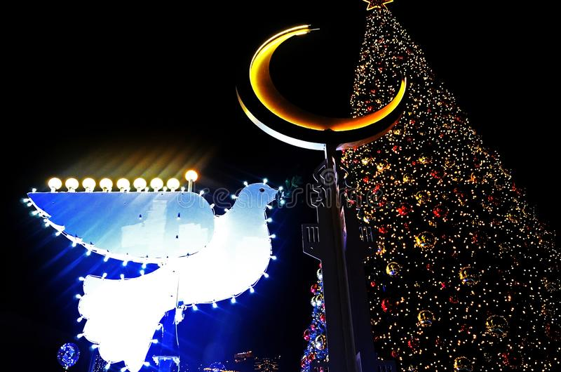 海法,以色列- 2017年12月30日:装饰装饰为圣诞节庆祝树和鸽子与Chanukah犹太教灯台在 免版税库存照片