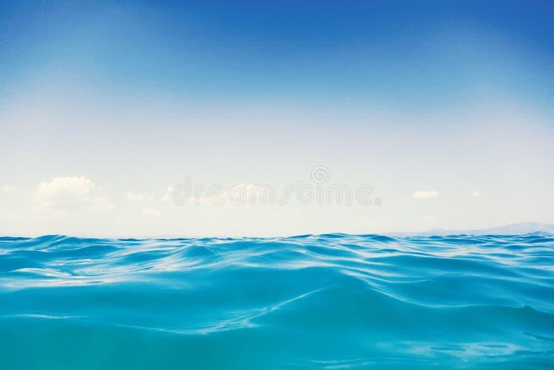 海波浪关闭,低角度视图水背景 免版税库存照片