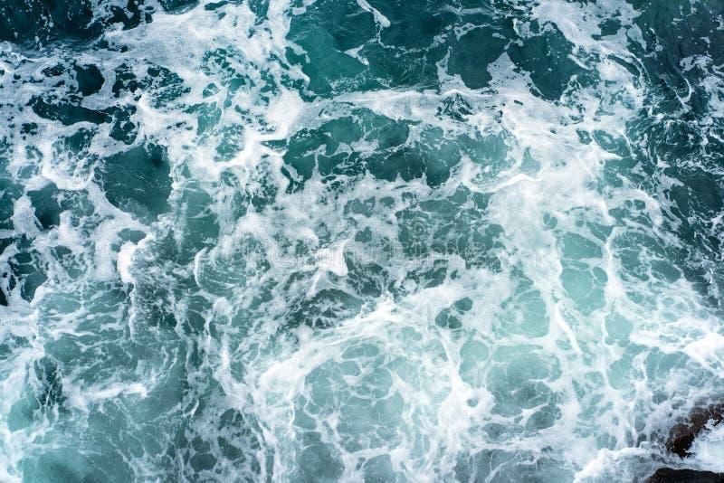 海波浪和泡沫风景打破在岩石的 免版税库存图片