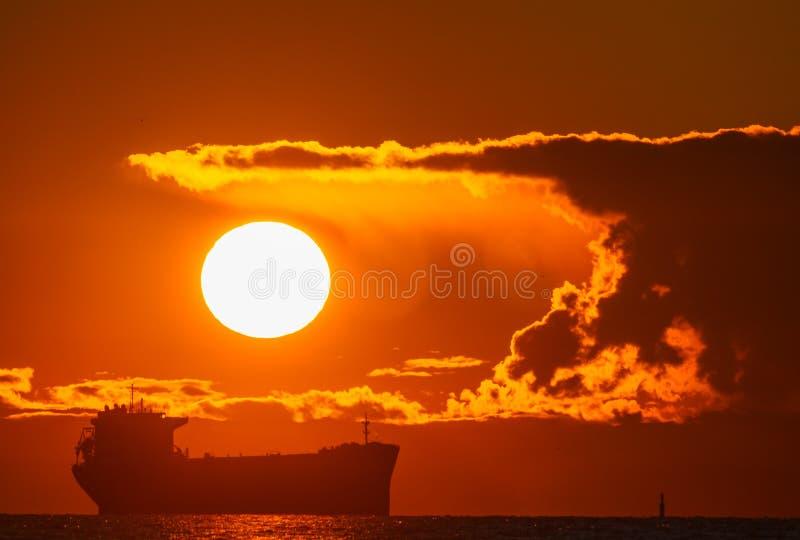 海洋上美丽的红日 库存照片