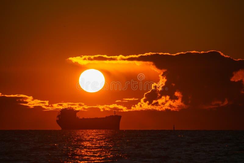 海洋上美丽的红日 免版税库存图片