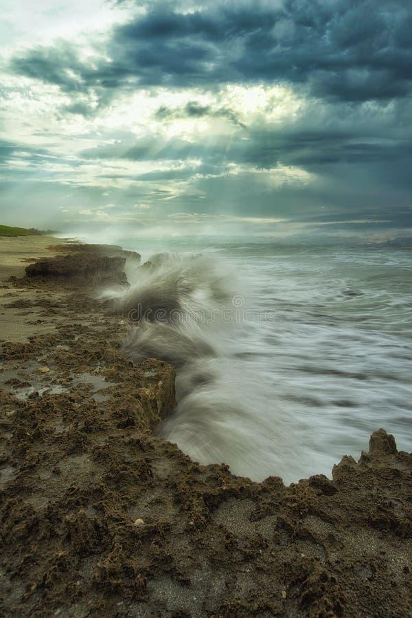 海洋与岩石海岸的碰撞 图库摄影