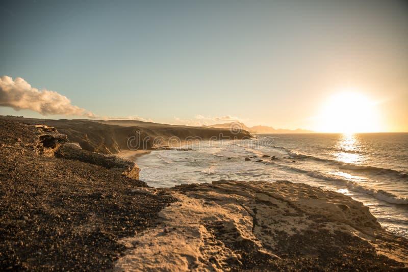 海洋与海岸线的日落风景 免版税库存照片