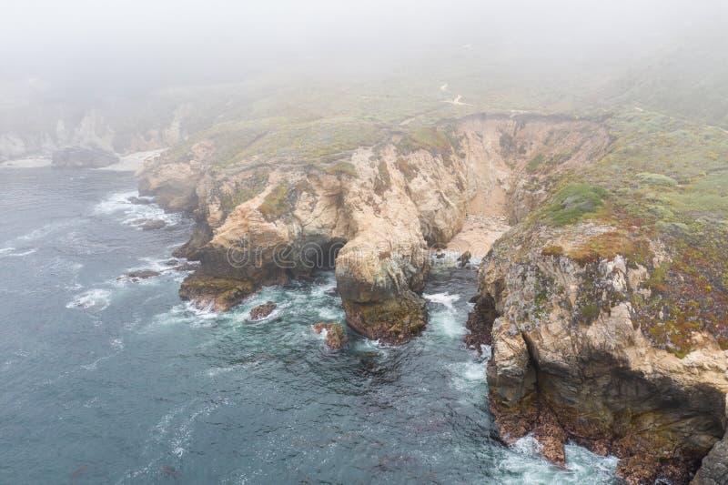 海洋和加利福尼亚坚固性海岸鸟瞰图  库存照片