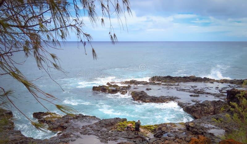 海洋和岩石岸的全景在喷出的垫铁通风孔,太平洋,考艾岛,夏威夷,美国附近 库存照片