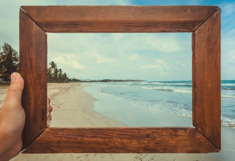 海洋在photoframe的海滩风景记忆的 热带气候自然和意想不到的看法在镇静蓝色波浪 图库摄影