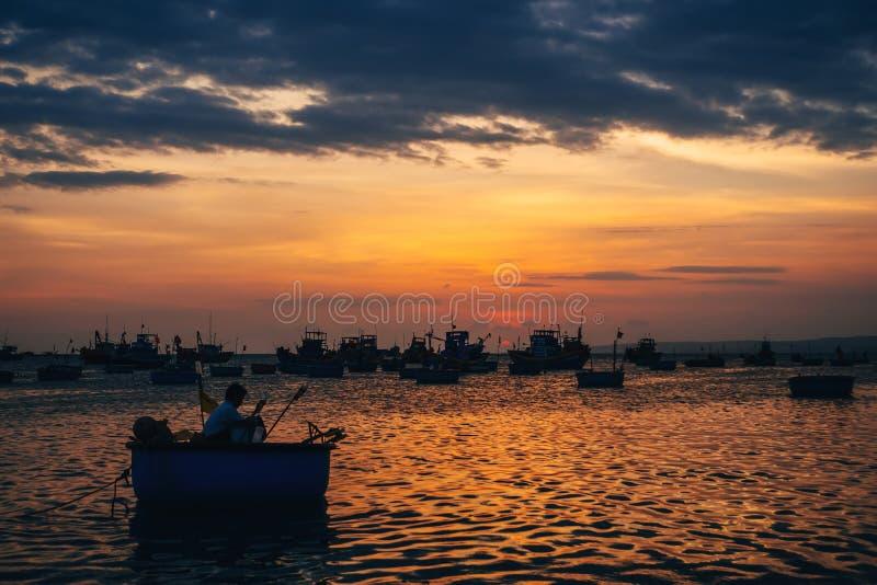 海洋捕鱼的传统小船在越南在美奈 库存图片