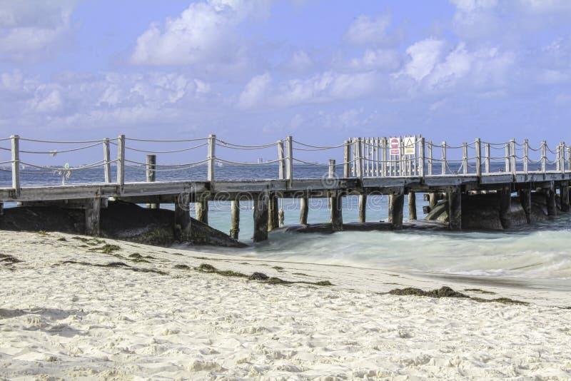 海洋旁边船坞在一个平静的晴天 库存图片