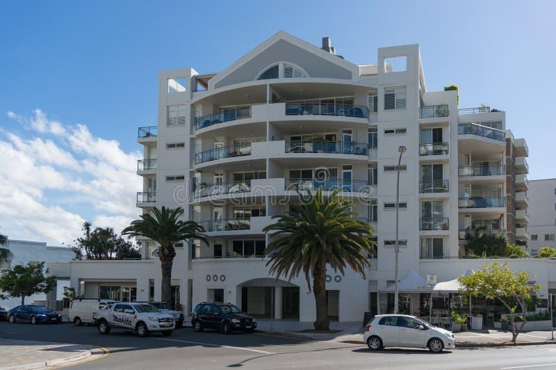 海洋树丛大道大厦和交通在悉尼的克罗纳拉郊区 免版税库存照片
