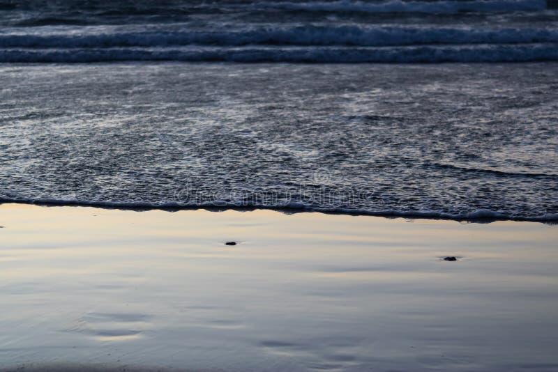 海洋水特写镜头在日落,水背景影像流程  免版税图库摄影