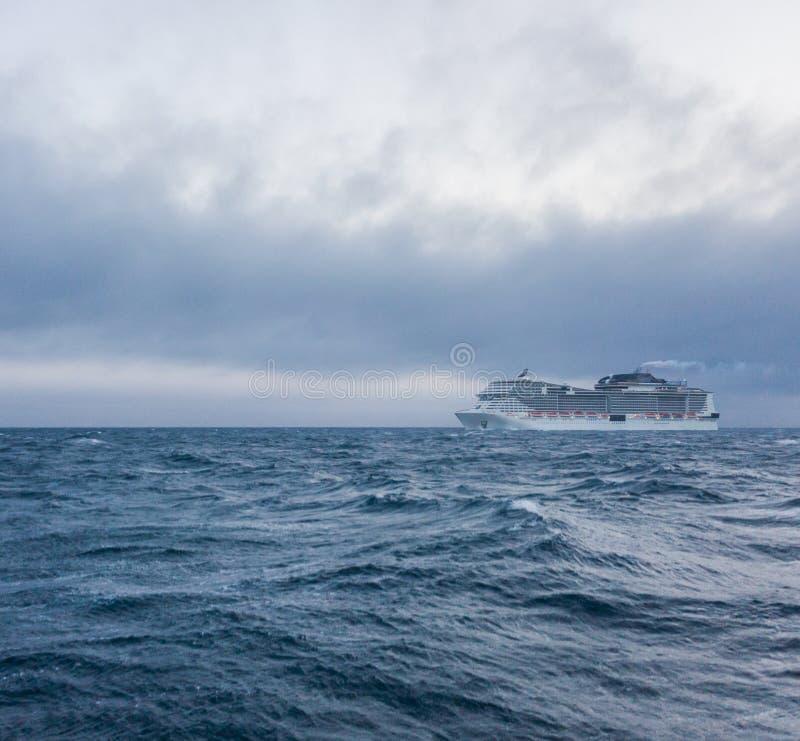 海洋游轮在公海 库存图片