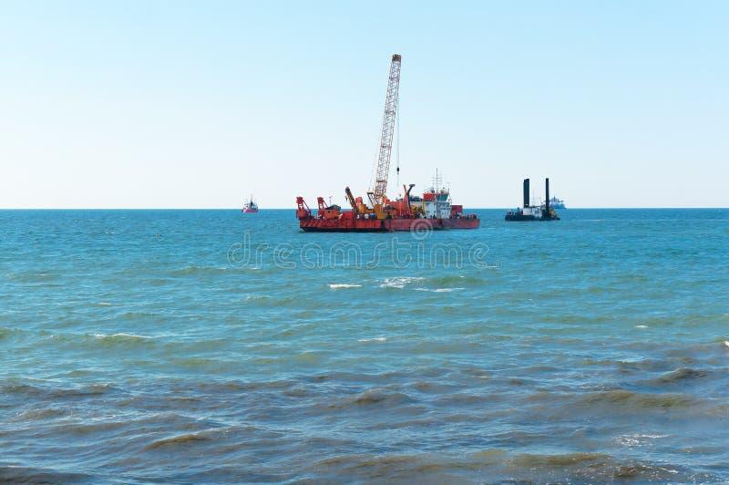 海洋石油平台,凿岩机海上的抽油装置,一台凿岩机在海,近海油井 库存照片