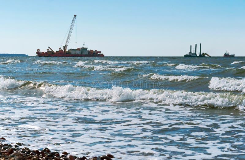 海洋石油平台,凿岩机海上的抽油装置,一台凿岩机在海,近海油井 免版税库存图片