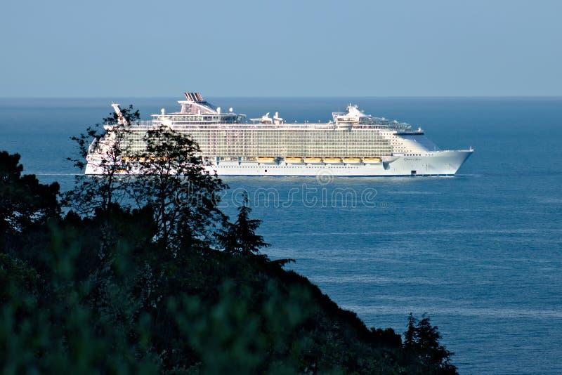 海洋绿洲号游轮在La Spe的地中海 库存图片