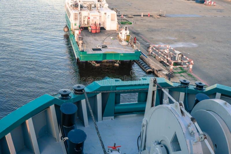 海洋船是沿着停泊处的morred右舷 库存照片