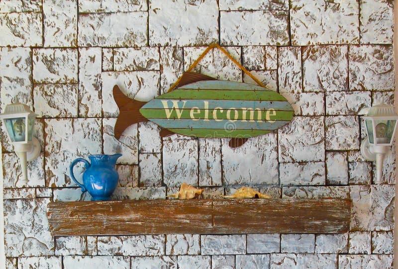 海洋静物画,与词`的鱼欢迎`,贝壳amd水罐 免版税库存照片