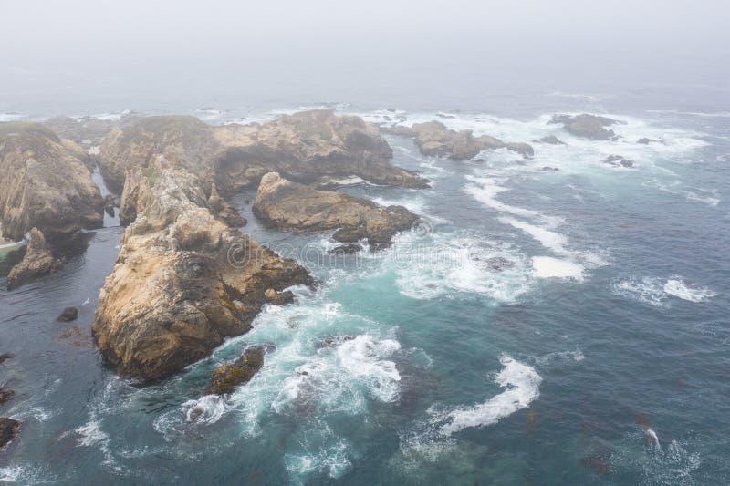 海洋鸟瞰图和加利福尼亚坚固性海岸线  免版税图库摄影