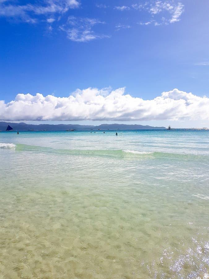 海洋,设计明信片和日历的白色海滩蓝天沙子太阳白天放松风景观点 免版税库存照片