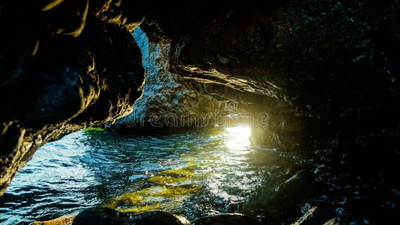 海流动的洞 库存图片