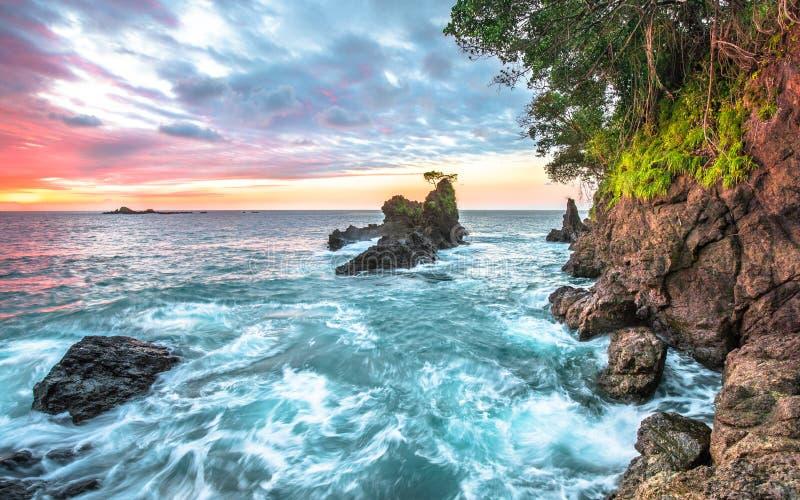 海浪和沿海峭壁在日落在哥斯达黎加 免版税库存图片
