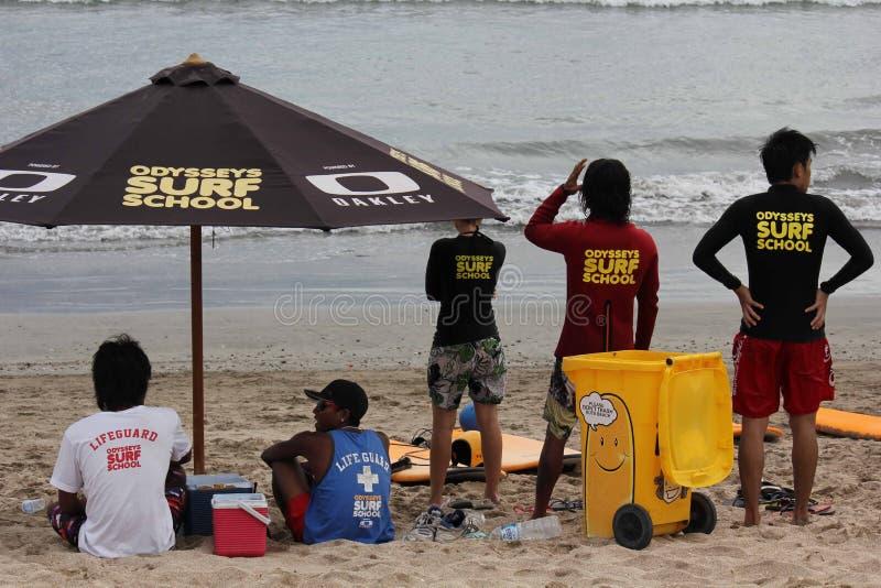 海浪在库塔海滩的学校职员 库存照片