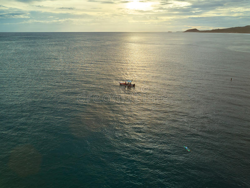 海浪小船游览在太平洋 免版税库存照片