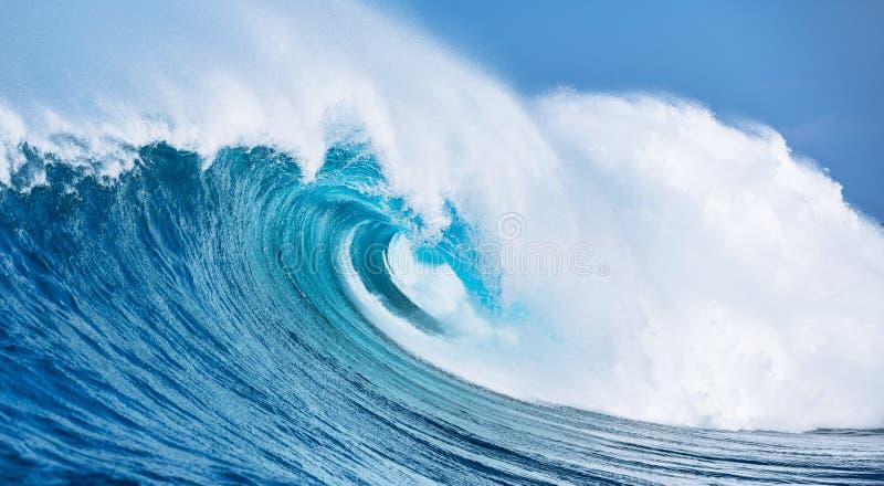 海浪巨型飞溅的水 免版税库存图片