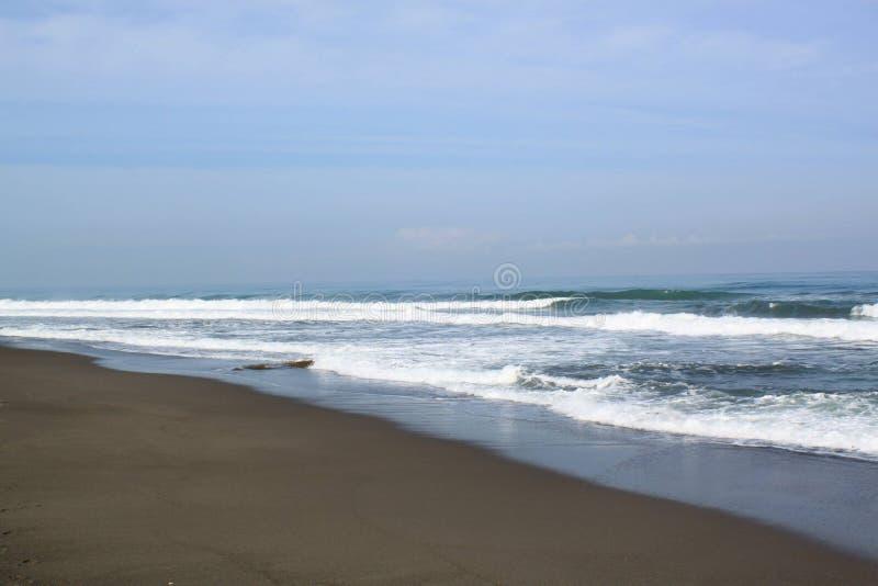 海浪挥动在海滩 免版税库存图片