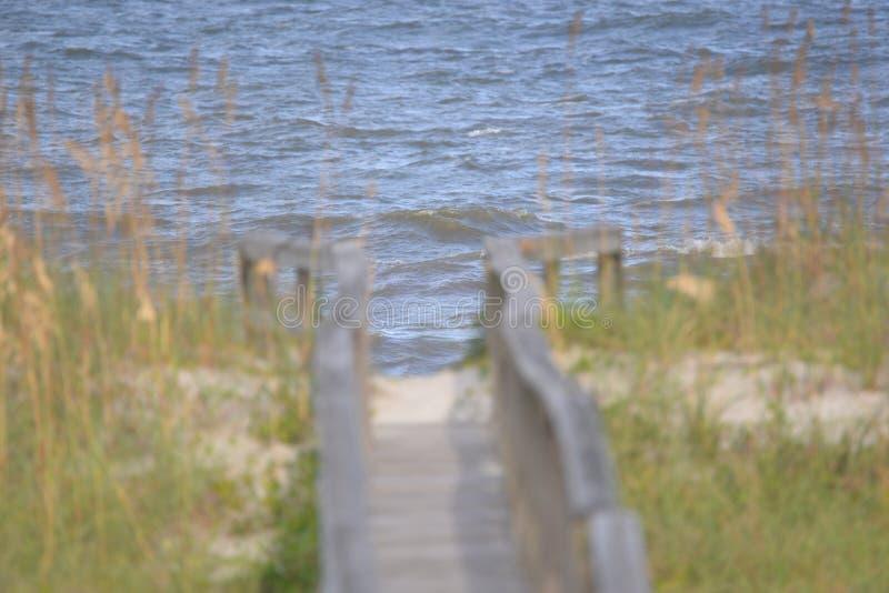 海浪是向前在长的木板走道末端 库存照片