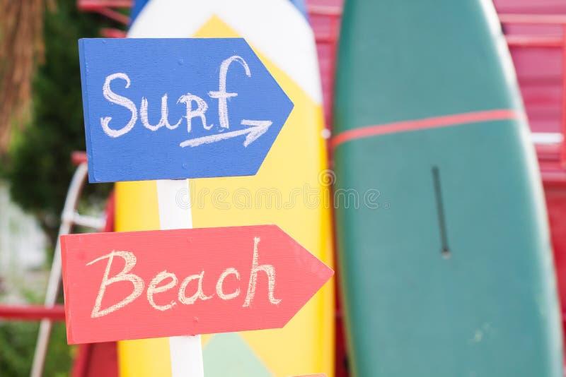 海浪标志和海滩标志 免版税图库摄影