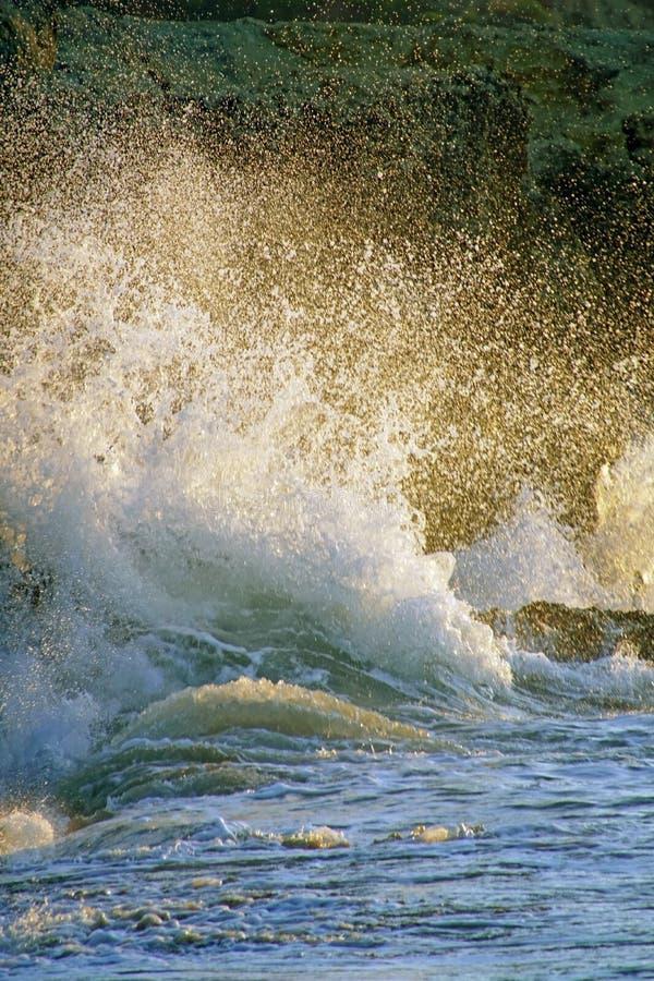 ?? 海浪波浪在沿海峭壁打破 免版税库存照片