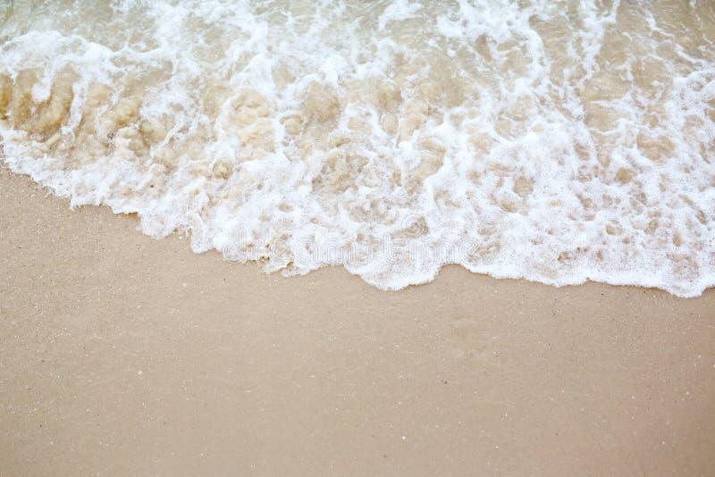 海浪波浪盖海海滩沙子 库存图片