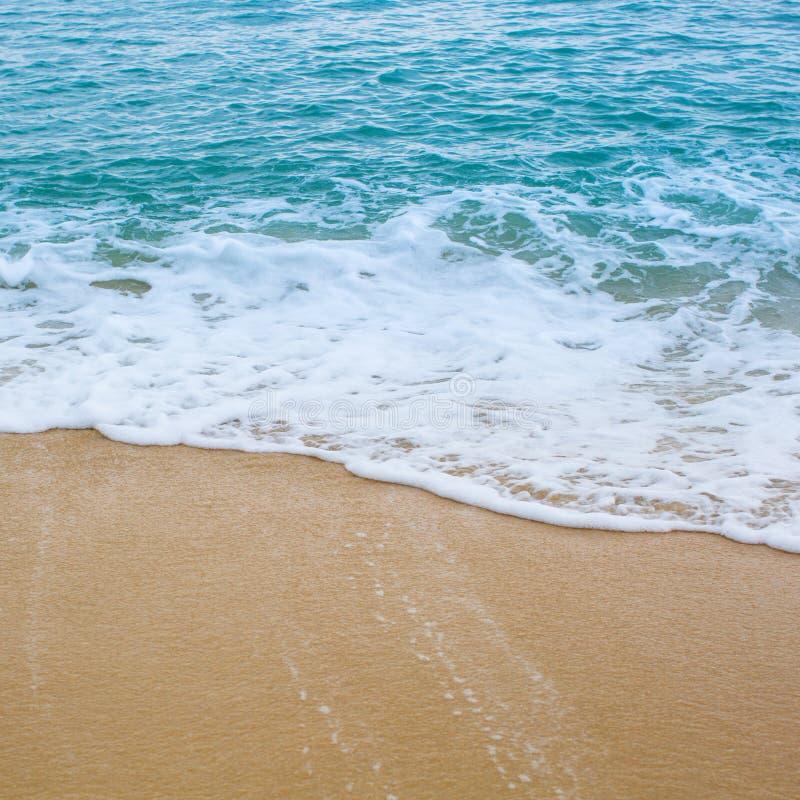 海浪波浪盖海海滩沙子 免版税库存照片